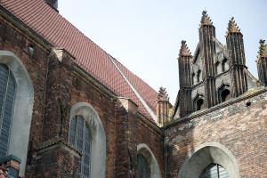 Kościół św. Trójcy w Gdańsku. Nad pierwszym oknem po lewej stronie widać otwór, w którym nietypowe gniazdo uwiła sobie kaczka.