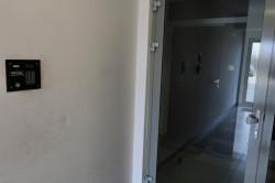 By dostać się na taras, trzeba skorzystać z klatki schodowej budynku. Deweloper nie przewidział osobnego wejścia i windy.
