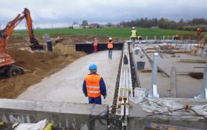 Zasypywanie przyczółków wiaduktu autostradowego w rejonie Ludwinowa.