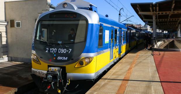 Tabor SKM, choć modernizowany, wciąż opiera się na rozwiązaniach zastosowanych w pociągach dla ruchu regionalnego, a nie miejskiego. Nz. zmodernizowany EZT przez Pesę i ZNTK Mińsk Maz.