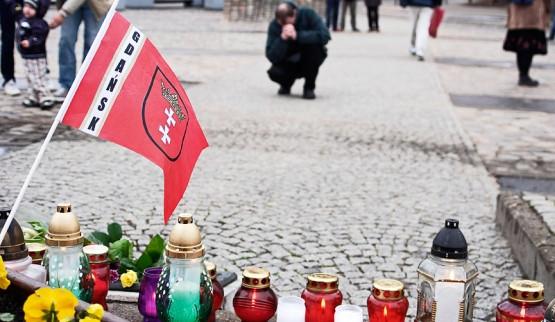 Trójmiasto pogrążone w żałobie. Mieszkańcy Gdańska składają kwiaty pod pomnikiem Poległych Stoczniowców na Placu Solidarności.
