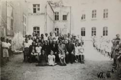 Klasa III b na podwórzu szkoły, która działała budynkach Dworu Krzyżowniki.