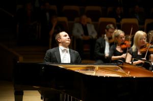 Ukraiński pianista Aleksander Gawryluk absorbował uwagę słuchaczy od pierwszych dźwięków dając popis wirtuozerii i muzykalności.