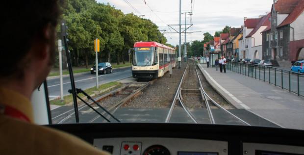 Oprócz uzyskania uprawnień do prowadzenia tramwajów, motorniczowie są dodatkowo szkoleni do kierowania konkretnymi modelami pojazdów.