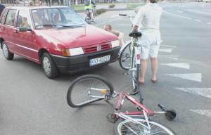 """Kolizja roweru z samochodem przed budynkiem """"Zieleniak""""."""