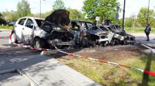 Cztery auta, które najbardziej ucierpiały podczas pożaru. Piąte było tylko nadpalone, właściciel zdecydował się zabrać je z miejsca zdarzenia.