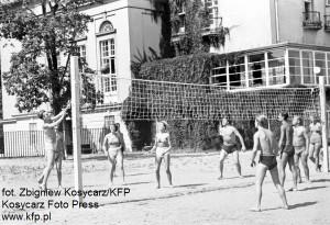 ...na plaży przed Grand Hotelem w siatkówkę...