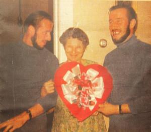 """Bracia Ejsmont z ciotką Emilią Markiewicz-Marks, dzięki pomocy której mogli kupić jacht """"Polonia"""" i przygotować go do rejsu."""