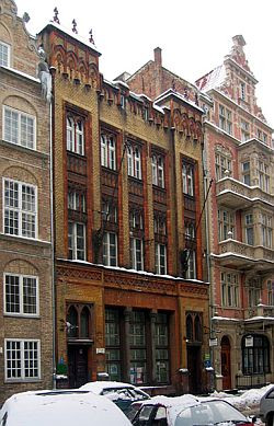 Dziś w kamienicy przy ul. Ogarnej 27/28 znajduje się Biblioteka Brytyjska, a na wyższych kondygnacjach - mieszkania.