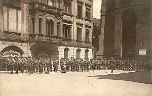 Kapela wojskowa Anglików przed kościołem św. Elżbiety.