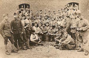 Francuscy żołnierze na terenie koszar w Nowym Porcie.