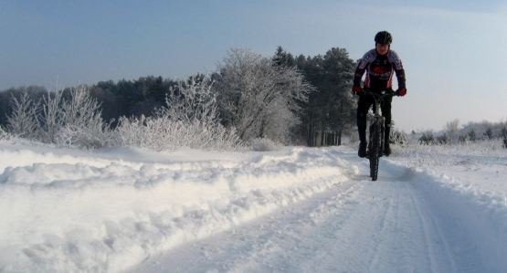 Na rowerze jest przyjemnie o każdej porze roku, wystarczy zadbać o odpowiedni ubiór.