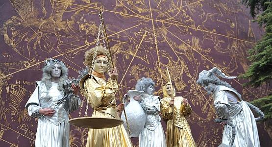 Ubiegłoroczna parada zatrzymała się m.in. przy ul. Bednarskiej, gdzie wykonano wzorowane na grafice Jana Heweliusza malowidło, przedstawiające konstelacje Nieba Północnego.