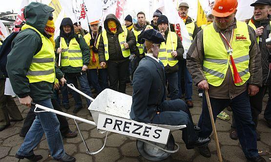 Pracodawcy twierdzą, że konflikty ze wiązkami zawodowymi i protesty powodują ogromne straty w firmach. Na zdjęciu związkowcy z Energi z kukłą, przedstawiającą prezesa zarządu.