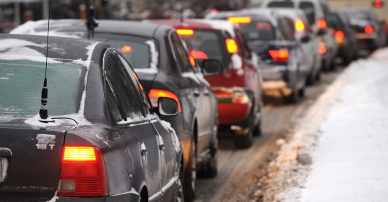 Korki i dziurawe drogi wywołują frustrację i agresję kierowców.
