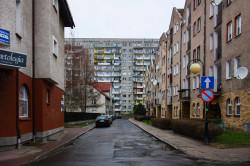 W latach 80. i 90. powrócono do zabudowy w kameralnej skali, choć nie dało się uniknąć kontrastów z zabudową liczącą zaledwie kilkadziesiąt lat. Nz. Nowe-Stare Miasto w Kołobrzegu.