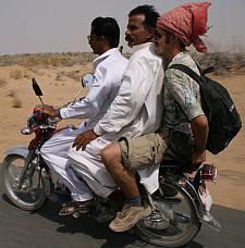 Jechać można samochodem, motocyklem, a nawet pociągiem towarowym.