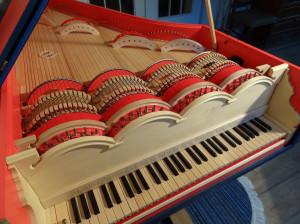 Viola organista, instrument stworzony przez Sławomira Zubrzyckiego, stanowi syntezę myśli Leonarda z pewnymi rozwiązaniami stosowanymi przez późniejszych twórców, np. Hansa Heidena.