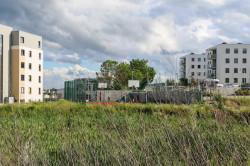 Po lewej blok przy Jabłoniowej 23, po prawej bloki osiedla Jabłoniowego. Pomiędzy nimi znajduje się boisko, zaś za bujną roślinnością oba osiedla od tej strony posiadają ogrodzenie.