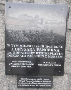 Tablica na murze Muzeum Marynarki Wojennej w Gdyni, upamiętniająca ponowne zaślubiny Polski z morzem.
