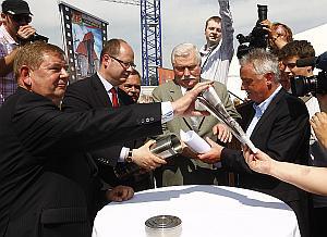 W uroczystości wmurowania kamienia węgielnego wzięli udział m.in. Lech Wałęsa i minister sportu, Mirosław Drzewiecki. Od lewej: Ryszard Trykosko, prezes BIEG 2012 i Paweł Adamowicz, prezydent Gdańska.