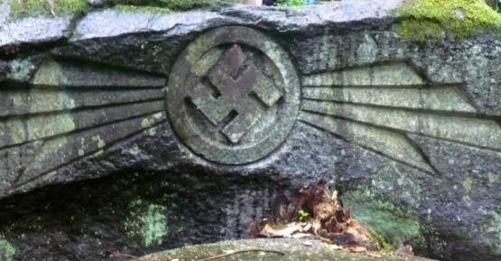przy płycie nagrobnej Christopha Friedricha znajduje się kamień z hitlerowską swastyką