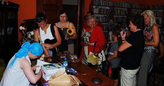 Po spotkaniu autorskim Marta Ossowska podpisywała swoją pierwszą książkę.