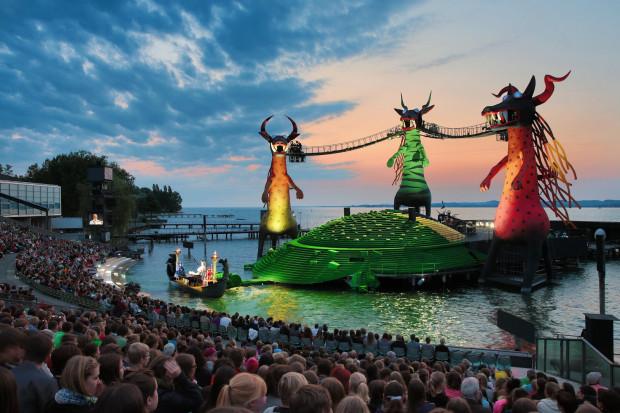 """Publiczność piątej """"Opery na Targu Węglowym"""" ujrzy rejestrację spektaklu, który wyprodukowano na potrzeby Festiwalu w Bergencji w 2013 roku. To baśniowa inscenizacja """"Czarodziejskiego fletu"""" Mozarta, zrealizowana na Jeziorze Bodeńskim."""