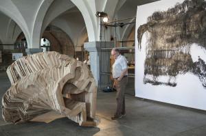 """Matěj Frank przygotował drewnianą rzeźbę ludzkiej sylwetki. Praca w """"W przestrzeni"""" otrzymała Nagrodę Stowarzyszenia Autorów ZAiKS."""