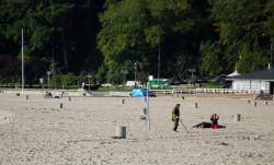 Przeczesywanie plaż w sezonie letnim to sposób na zarobienie szybkich pieniędzy.
