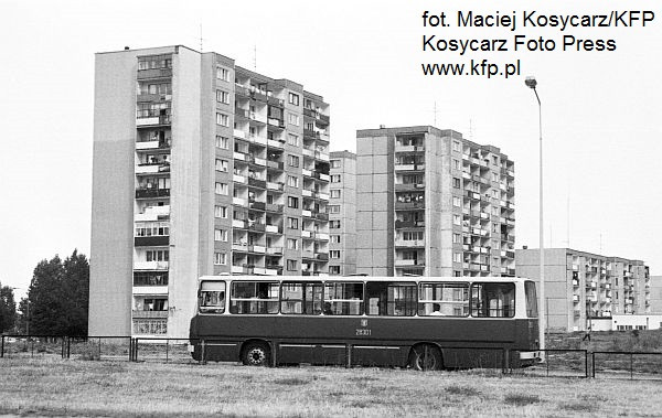 Początek lat 90. Ikarus w barwach Zakładu Kominikacji Miejskiej pokonuje ulice Moreny.