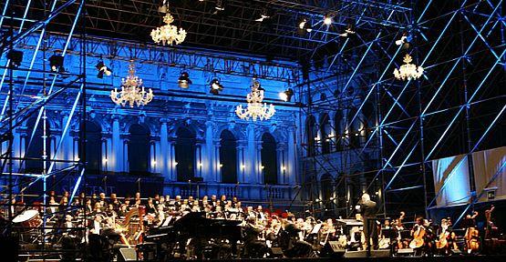 Ennio Morricone dyryguje orkiestrą podczas koncertu w Wenecji.