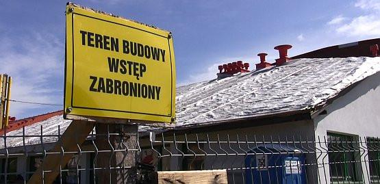 Nie wiadomo, ile jeszcze potrwa remont szkoły w Chwarznie. Dotychczas wymieniono m.in. dach w trzech segmentach budynku.