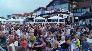Koncert zarówno w wydzielonej strefie dla zaproszonych gości, jak i obok niej dla wszystkich pozostałych, oglądało bardzo wielu widzów.