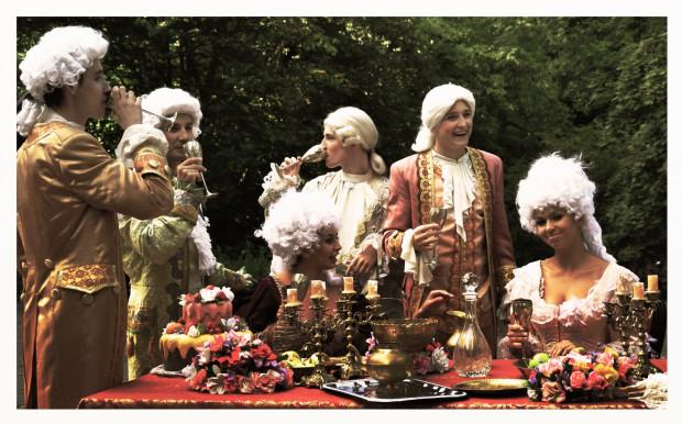 Podczas festiwalu Mozartiana najważniejsza jest muzyka, aczkolwiek aktorzy przebrani w stroje z epoki, tańczące fontanny i iluminacje nadają imprezie unikatowego charakteru.