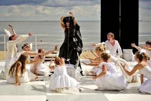 Urażony Los (w premierowym spektaklu Aleksandra Magulska, na zdjęciu Anna Górna) rzuca klątwę na królewną, zapowiadając jej śmierć po ukłuciu wrzecionem. Na szczęście jedna z wróżek może złagodzić działanie czaru.