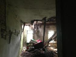Wnętrze dworu jest w fatalnym stanie. Na zdjęciu walący się strop.