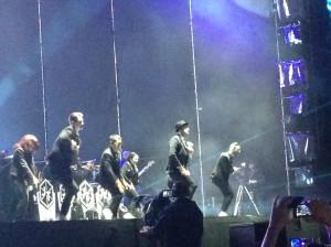 Justin i jego zespół poruszali się na scenie lekko i swobodnie, a przecież było to widowisko dopracowane w najmniejszych szczegółach.