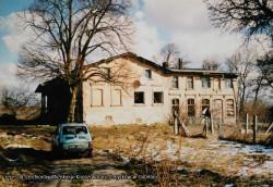 Starsza część dworu pochodzi z XVIII wieku, młodszą wybudowano w dwudziestoleciu międzywojennym.