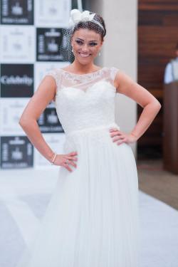 Najpiękniejszym dodatkiem do każdej sukni ślubnej jest uśmiech panny młodej.