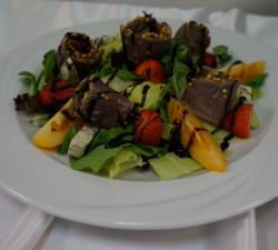 W menu pojawiły się też sałatki i desery.