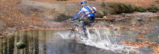 Tylko Adam i Dropi pokonują potok na rowerach