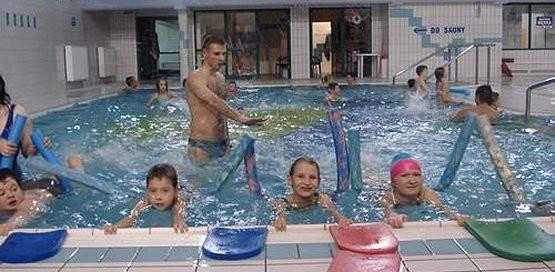 Rodzinne pływanie to doskonała rozrywka i wychowanie poprzez sport
