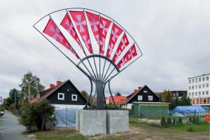 """Niewykluczone, że """"straszak"""" na reklamy, czyli instalacja artystyczna Gdański Wachlarz Możliwości, wkrótce zostanie przeniesiona właśnie pod zajezdnię, aby zasłonić chociaż częściowo nielegalne reklamy."""
