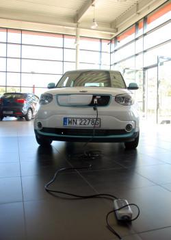 Ładowanie Kii Soul EV w przypadku pełnego rozładowania trwa do pięciu godzin z użyciem  standardowego, prostownika-ładowarki (jest na wyposażeniu auta) o mocy 6,6 kW. Ładowanie z użyciem prądu stałego 100 kW do 80% pojemności trwa 25 minut lub 33 minuty przy pomocy ładowarki 50 kW.