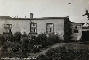 Parterowy dom Droszyńskich w Oliwie przy Zimmerstraße. Budynek zniszczony został w 1945 r.