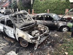 Samochody spłonęły doszczętnie - najprawdopodobniej przed podpaleniem oblane zostały benzyną.
