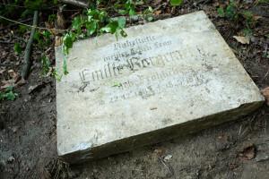 Płyty nagrobne trafiły na zaplecze cmentarza na Srebrzysku.