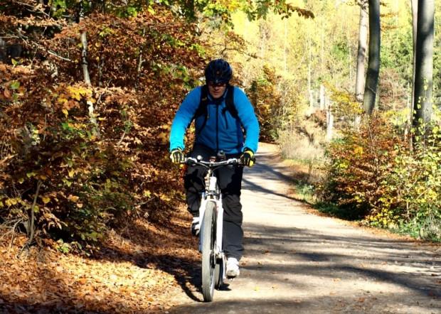 Jesienna wyprawa rowerem przez las ma swój urok.