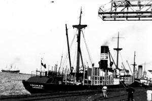 """""""Kromań"""" cumujący przy portowym nabrzeżu."""